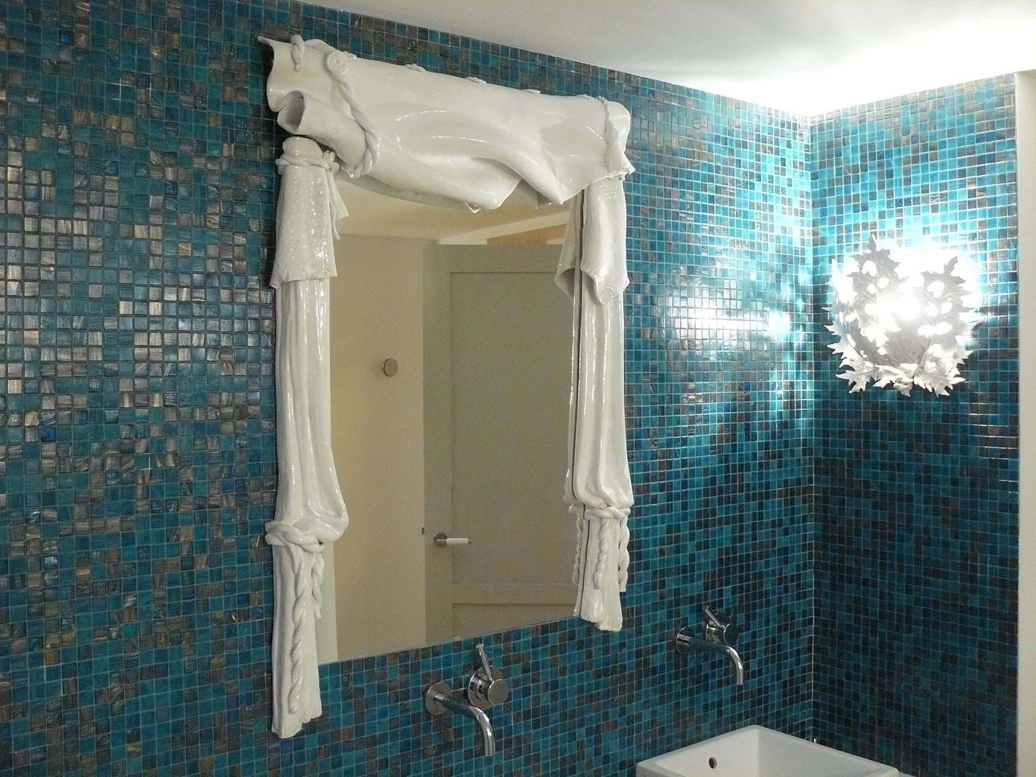 Miroir drapé et luminaire
